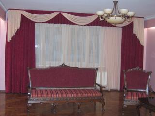 шторы фото Модные шторы для гостиной.  Ламбрекен и шторы из легкой ткани.